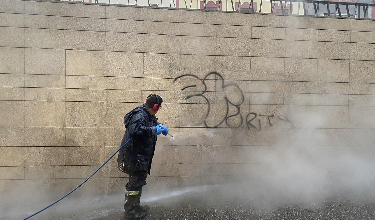 limpieza graffitis en alcala de guadaira